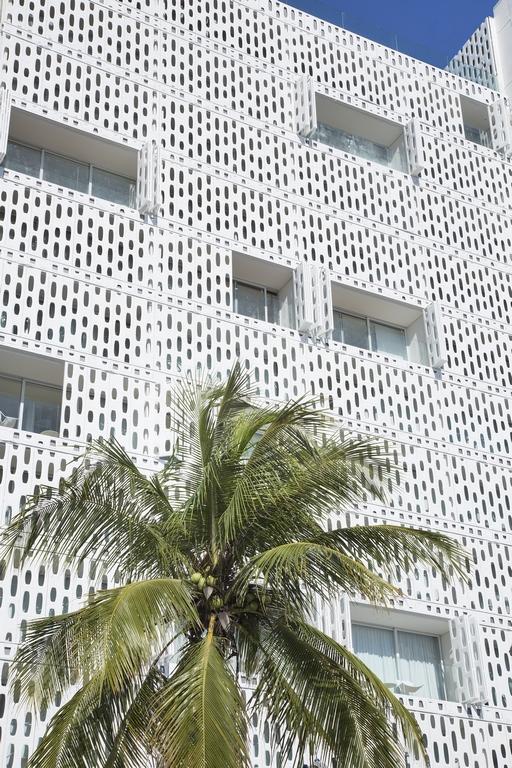 """Fachada """"viva"""" do Hotel Emiliano Rio"""