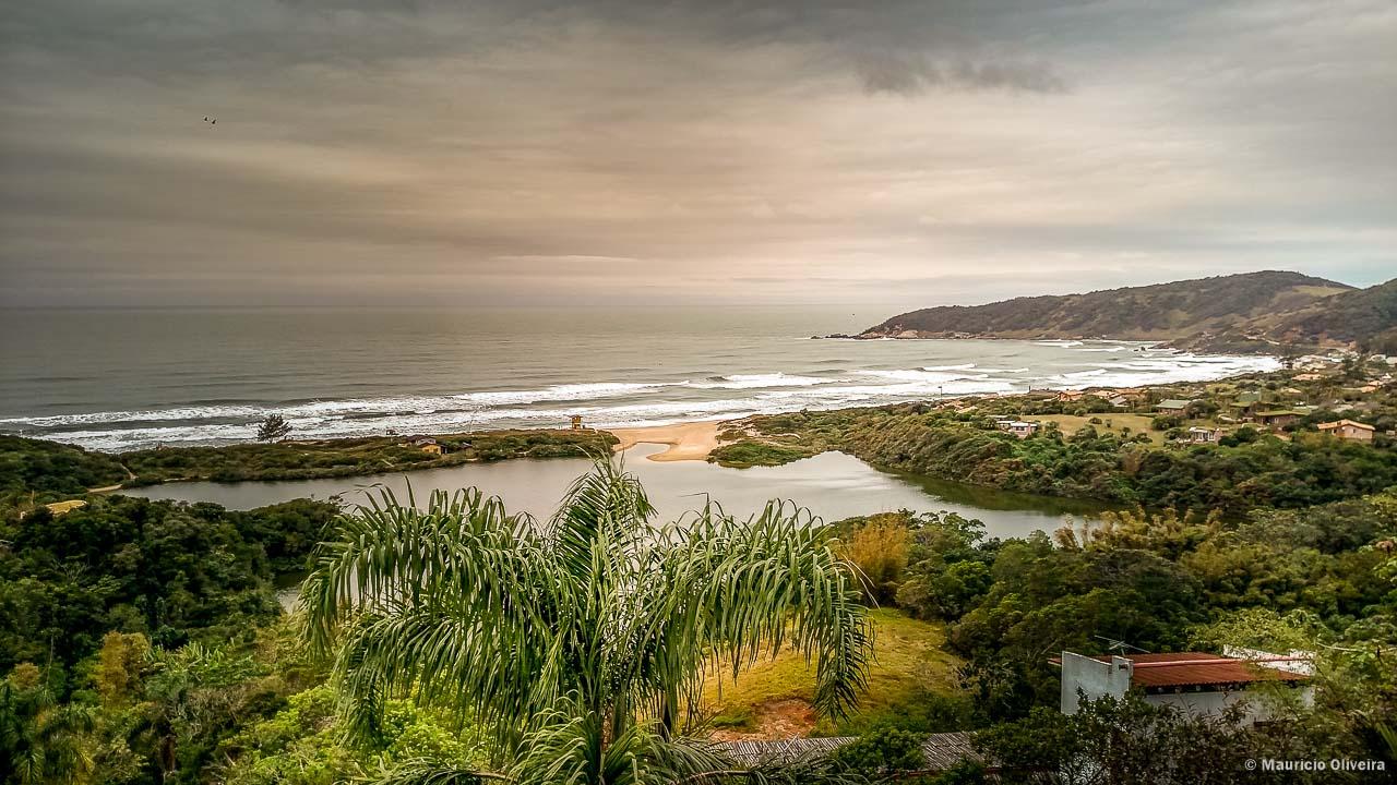Fim de tarde na Praia do Rosa, em Imbituba - SC
