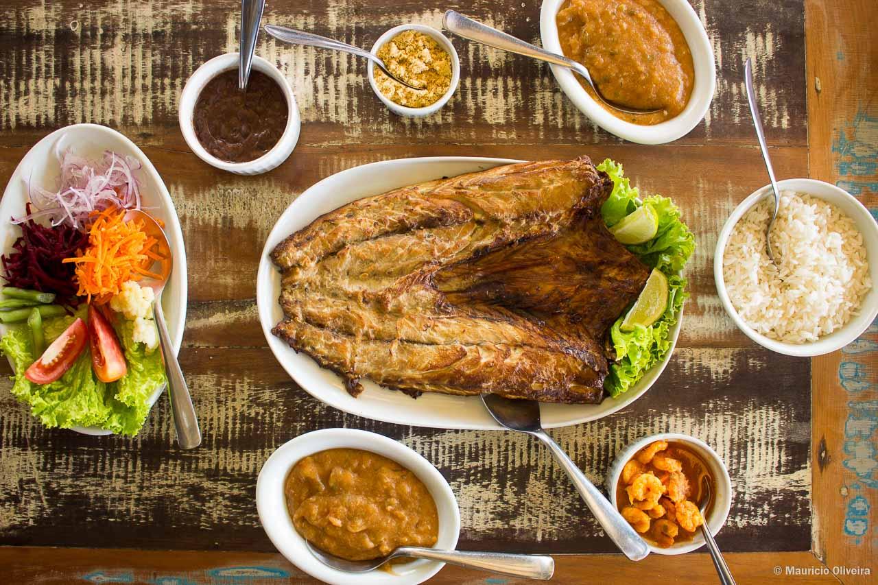 Nosso banquete! Tainha assada na brasa do Restaurante Geraldo, em Laguna