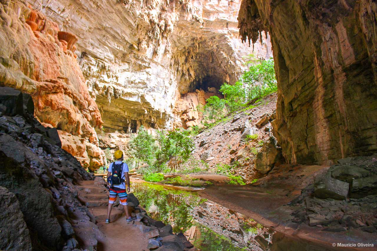 A esquerda, os Cogumelos Vermelhos e ao fundo, na gruta, a Tartaruga Gigante