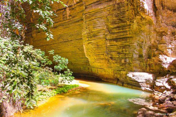 Rio Peruaçu correndo dentro da gruta