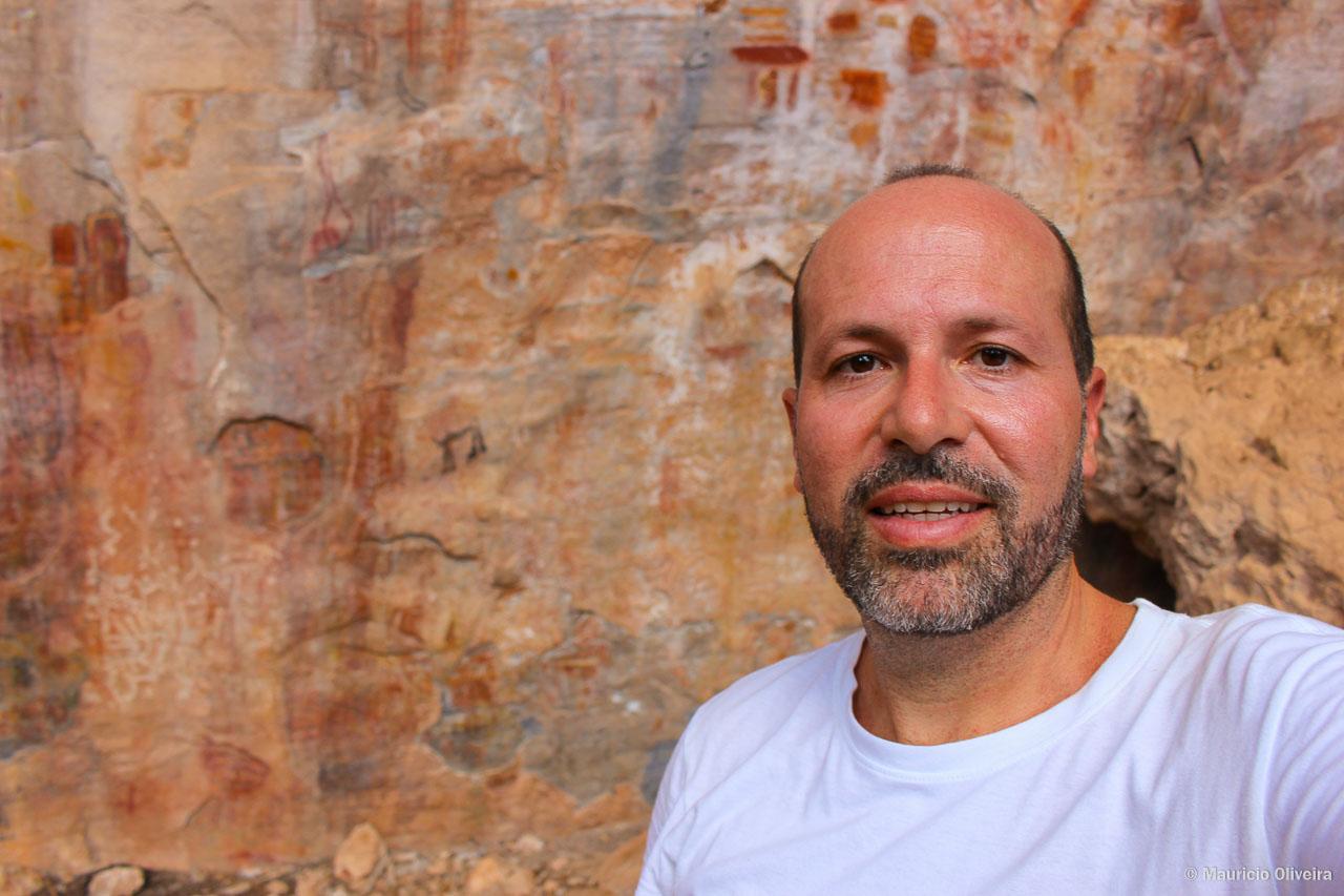 É possível chegar pertinho das pinturas rupestres na Gruta do Janelão