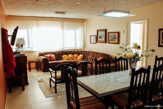 Ampla sala do Apartamento de Aluguel em Arraial do Cabo que ficamos!
